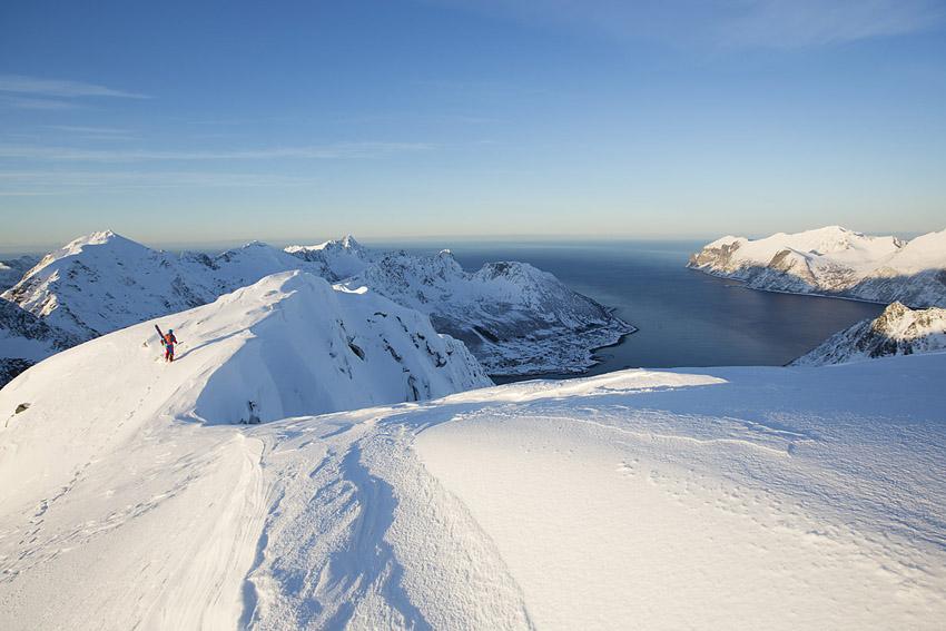 Tormod Granheim strax under toppen av Burstinden med Senjahopen cirka 750 meter under sig.