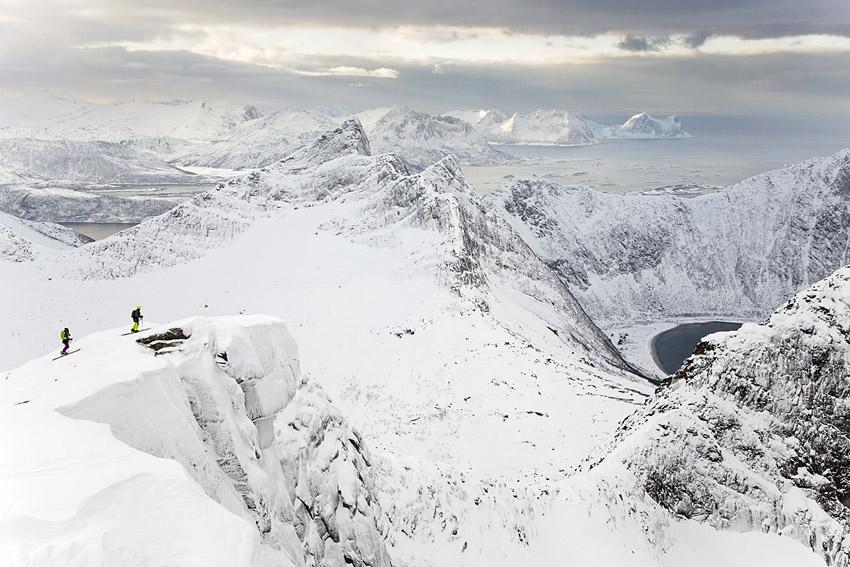Det går att följa en fin bergskant upp till toppen av Snaufjellet. Johan Engebratt och Karine Falck Pedersen njuter av utsikten.