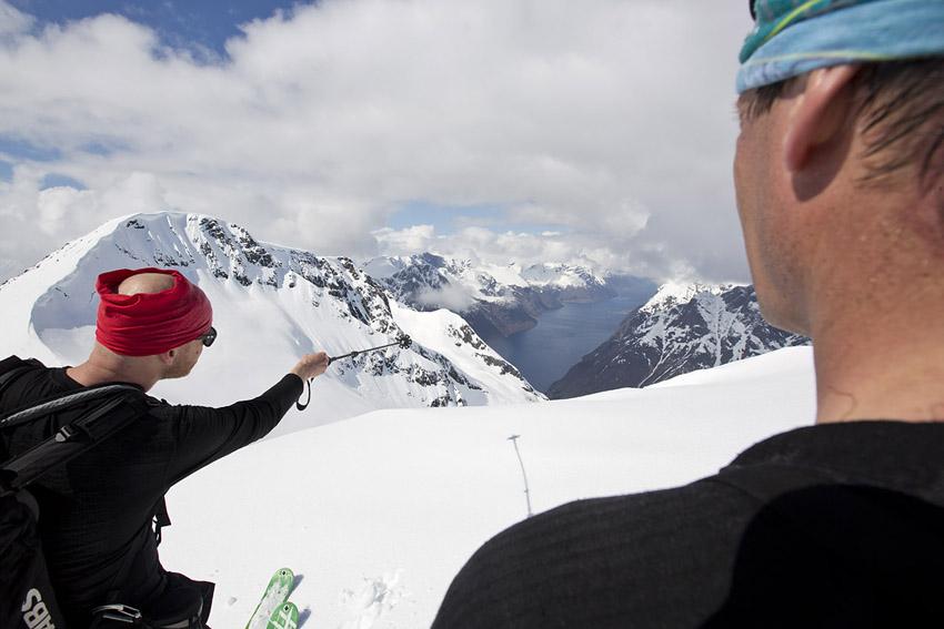 Rikard Andreasson och Nicke Sundström njuter av att vara på toppen av Bläja och utsikten över Hjörundfjorden