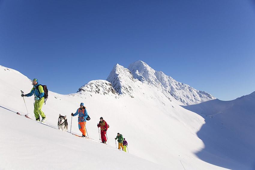 Stormoa sett snett över den bakersta toppturaren är ett av Senjas högsta berg.