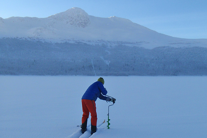 Kontoll av isen en midvinterdag i december. Fjället Dauna var vacker inbäddat i finaste snö men isen var förädiskt tunn så turen fick vänta.
