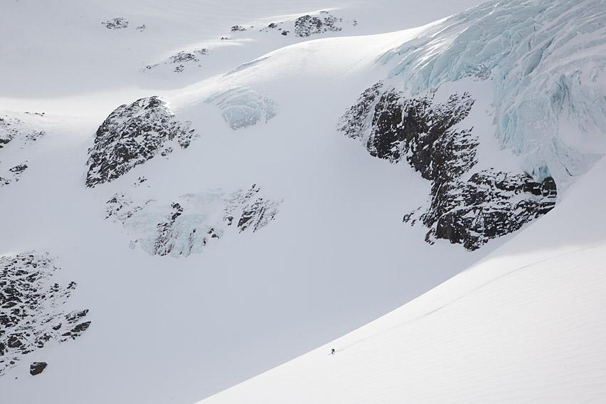 Glaciärer är vackra men komplexa naturelement. Det gäller att ha rätt kunskap för att åka skidor på glaciärer.