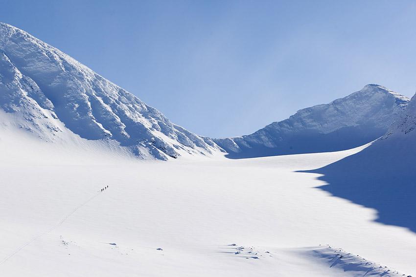 På väg över Hyllglaciären med sikte mot Ahkkas Stortoppen som ligger längs kammen på vänster sida.