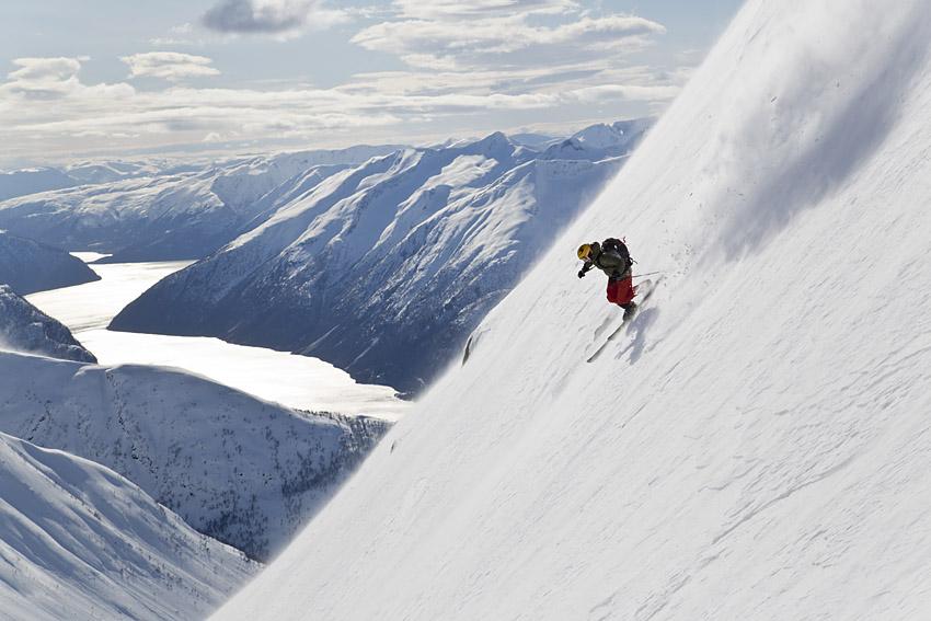 Johan Engebratt lägger de första svängarna ner från toppen.